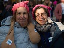 Pares de para mujer durante el ` s marzo de las mujeres en Iowa City fotografía de archivo libre de regalías