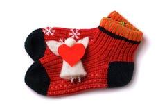 Pares de peúgas vermelhas das crianças com anjo e coração Fotografia de Stock Royalty Free