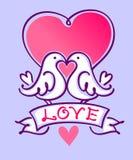 Pares de periquitos que beijam em um fundo violeta Fotografia de Stock Royalty Free