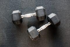 Pares de pesas de gimnasia de metales pesados Foto de archivo
