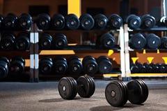 Pares de pesas de gimnasia en el gimnasio Fotos de archivo libres de regalías