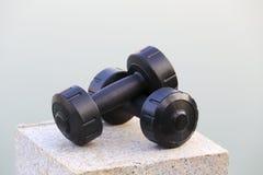 Pares de pesas de gimnasia negras Fotos de archivo libres de regalías