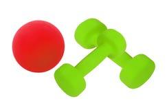 Pares de pesas de gimnasia verdes y de la bola roja aisladas Imágenes de archivo libres de regalías
