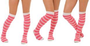 Pares de piernas de las mujeres en calcetines rosados Imagen de archivo libre de regalías
