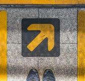 Pares de pies y de símbolo de la flecha de la muestra Fotografía de archivo libre de regalías