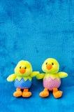 Pares de pintainhos macios do bebê da Páscoa do brinquedo no fundo azul Fotografia de Stock