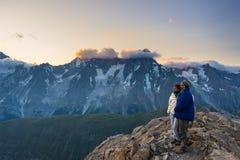 Pares de povos que olham o nascer do sol sobre o pico de montanha de Mont Blanc 4810 m ` Aosta de Valle d, aventuras italianas do fotografia de stock