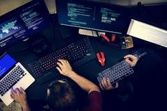 Pares de povos que trabalham na programação dos códigos de computador fotos de stock royalty free