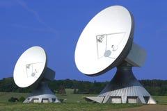 Pares de pratos satélites enormes imagens de stock