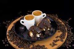 Pares de profiterol e de café frescos na bandeja de madeira imagens de stock
