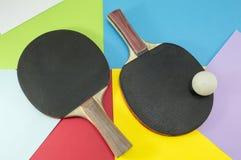 Pares de raquetes de tênis de mesa em um fundo da colagem Imagens de Stock Royalty Free