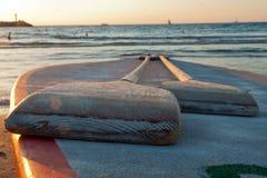 Pares de remos delante del mar Fotos de archivo libres de regalías