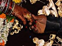 Pares de Ring Ceremony que guardam a mão com anel imagens de stock
