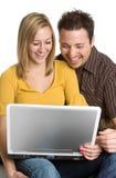 Pares de risa de la computadora portátil Foto de archivo libre de regalías