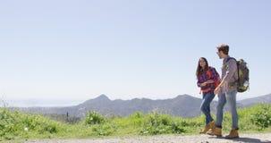 Pares de risa en montañas foto de archivo libre de regalías
