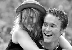 Pares de risa felices del amor de los jóvenes del retrato primeros Imagenes de archivo