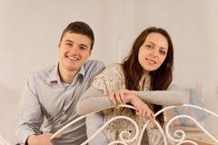 Pares de risa felices que se relajan en casa Foto de archivo libre de regalías