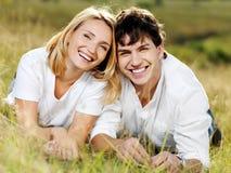Pares de risa hermosos felices en la naturaleza Foto de archivo libre de regalías