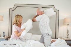 Pares de riso que têm a luta de descanso na cama foto de stock royalty free