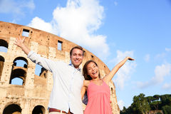 Pares de Roma felizes pelo divertimento do curso de Colosseum Imagens de Stock