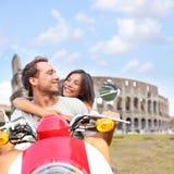 Pares de Roma no 'trotinette' por Colosseum, Itália Imagens de Stock Royalty Free
