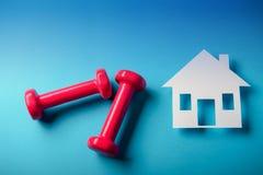Pares de rosa pesas de gimnasia de 1 kilogramo en fondo azul Imagen de archivo