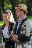 Pares de Rumania en traje tradicional fotografía de archivo
