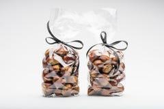 Pares de sacos de plástico elegantes de castanhas frescas para o presente Imagens de Stock Royalty Free