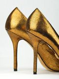 Pares de saltos altos coloridos dourados Fotos de Stock Royalty Free