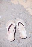Pares de sandalias de goma Imagenes de archivo