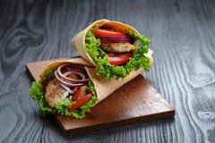Pares de sanduíches suculentos frescos do envoltório com galinha e vegetais Imagens de Stock