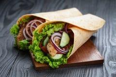 Pares de sandu?ches suculentos frescos do envolt?rio com galinha e vegetais Fotos de Stock