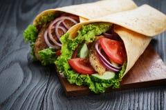 Pares de sandu?ches suculentos frescos do envolt?rio com galinha e vegetais Imagens de Stock