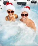 Pares de Santa do Natal feliz no Jacuzzi. Imagem de Stock Royalty Free