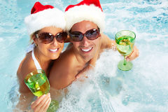Pares de Santa do Natal feliz no Jacuzzi. fotos de stock royalty free