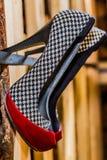Pares de sapatas alto-colocadas saltos com uma combinação de cores pretas, vermelhas e brancas imagens de stock