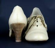 Pares de sapatas colocadas saltos elevadas de couro bege das senhoras Fotografia de Stock Royalty Free