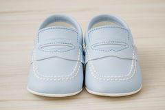 Pares de sapatas de bebê azul clássicas Imagens de Stock Royalty Free