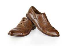 Pares de sapatas de couro marrons dos homens isoladas no branco Fotografia de Stock Royalty Free