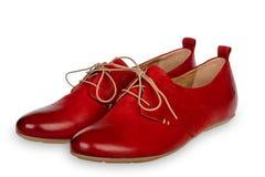 Pares de sapatas de couro vermelhas da mulher isoladas no fundo branco Imagem de Stock Royalty Free