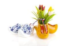 Pares de sapatas de madeira holandesas típicas com tulipas fotografia de stock