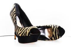 Pares de sapatas preto-douradas Imagem de Stock Royalty Free