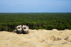 Pares de sapatas trekking na areia Imagem de Stock Royalty Free