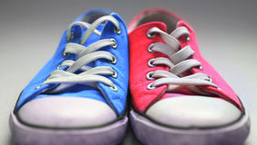 Pares de sapatos de ginástica usados Fotografia de Stock Royalty Free