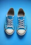 Pares de sapatos de ginástica usados Fotos de Stock