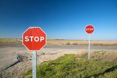 Pares de señales de tráfico de la parada imagen de archivo