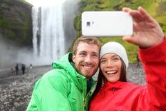 Pares de Selfie que toman la cascada de la imagen del smartphone Fotografía de archivo
