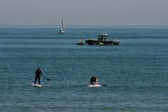 Pares de Serfing em águas mediterrâneas de Valência, Espanha Imagens de Stock Royalty Free