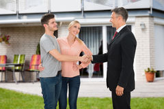 Pares de Shaking Hands With del agente de la propiedad inmobiliaria Imagenes de archivo