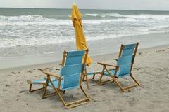 Pares de sillas de playa de madera Imágenes de archivo libres de regalías